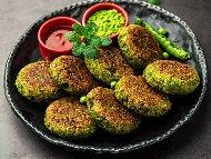 Бързи пържени зелени зеленчукови кюфтета от тиквички, броколи, грах и зелени чушки